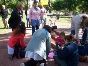 Los docentes preparando las pancartas.