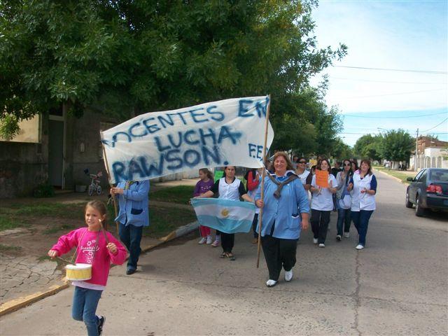 Docentes de la Escuela Nº 11 y Jardín de Infantes Nº 909 marchando por las calles de Rawson.