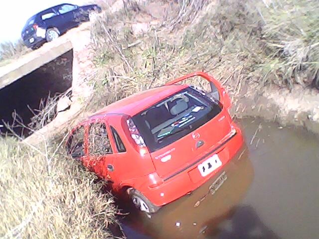 El Corsa del Dr. Matarazzo inmerso en el canal que cruza la Ruta Provincial 42. Foto gentileza: José María Elisalde.