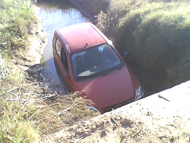 Vista del Corsa del Dr. Matarazzo caído en el canal. Foto gentileza: José María Elisalde.