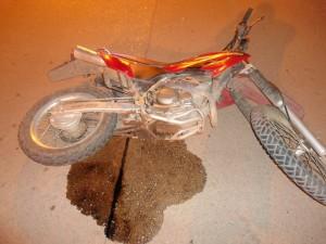 Esta es la moto que atropelló y dejó al Oficial de Policía de Chacabuco en terapia intensiva. Foto gentileza: Defensa Civil Chacabuco.