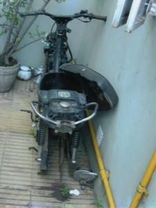 Moto secuestrada con varios faltantes.
