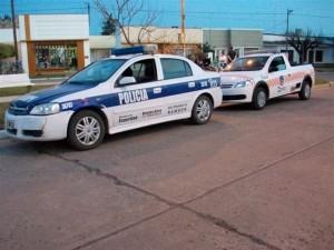 Un móvil policial y de la Dirección de Tránsito en el operativo hecho en la Avenida Guillermo Rawson.
