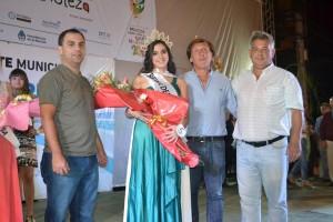 El Intendente Mauricio Barrientos coronó a la Reina del Carnaval 2015.