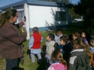 La Dra. Paula Pinard durante la charla con los nenes de la Sala Celeste del Jardín 909.