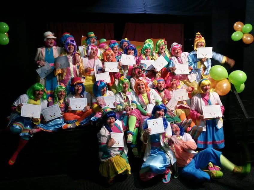 Los payamédicos con sus diplomas.