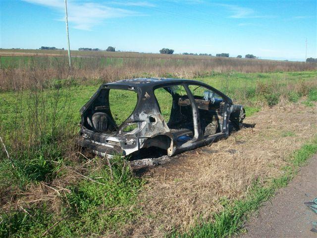 Peugeot 307 apareció incendiado en acceso a Castilla.