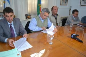 Barrientos firmó convenio para la construcción de playones y Escuela.