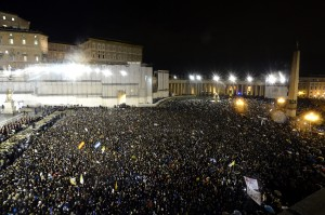 La Plaza San Pedro colmada  recibiendo al Papa argentino.