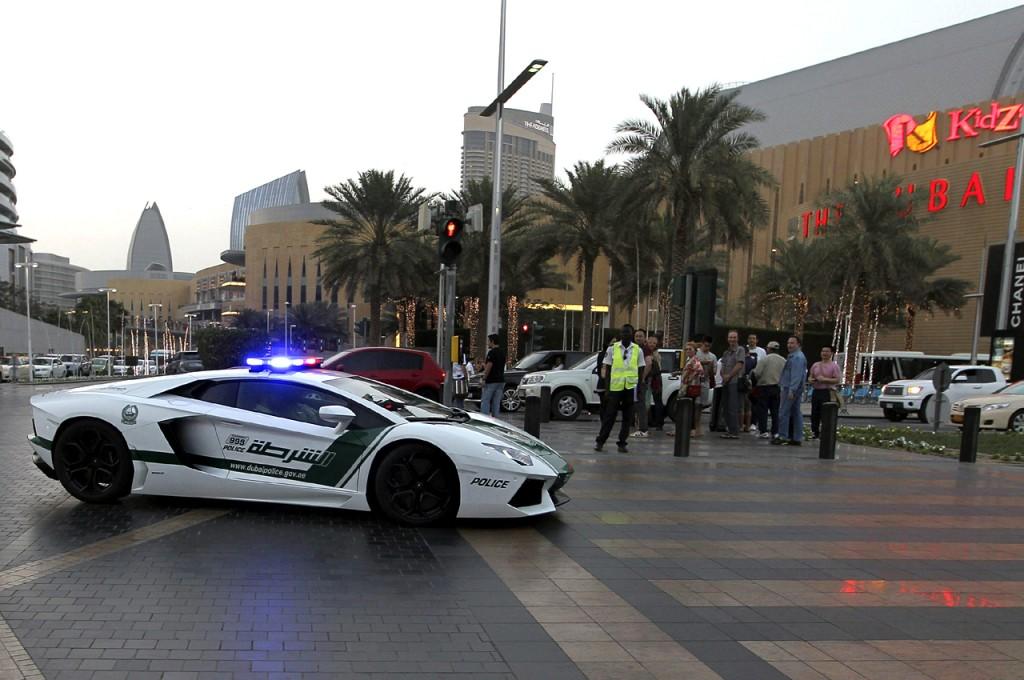12.4.13- Uno de los Lamborghini Aventador adquiridos por la Policía de Dubai para patrullar las calles de la ciudad, en los Emiratos Árabes Unidos. Cada unidad de este modelo cuesta 420.000 euros. Se trata de un vehículo capaz de alcanzar los 349 kilómetros por hora. Foto: (EFE).