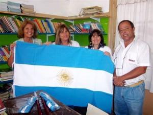 Concejales del Pro entregando bandera de ceremonia en Escuela Nº 14.