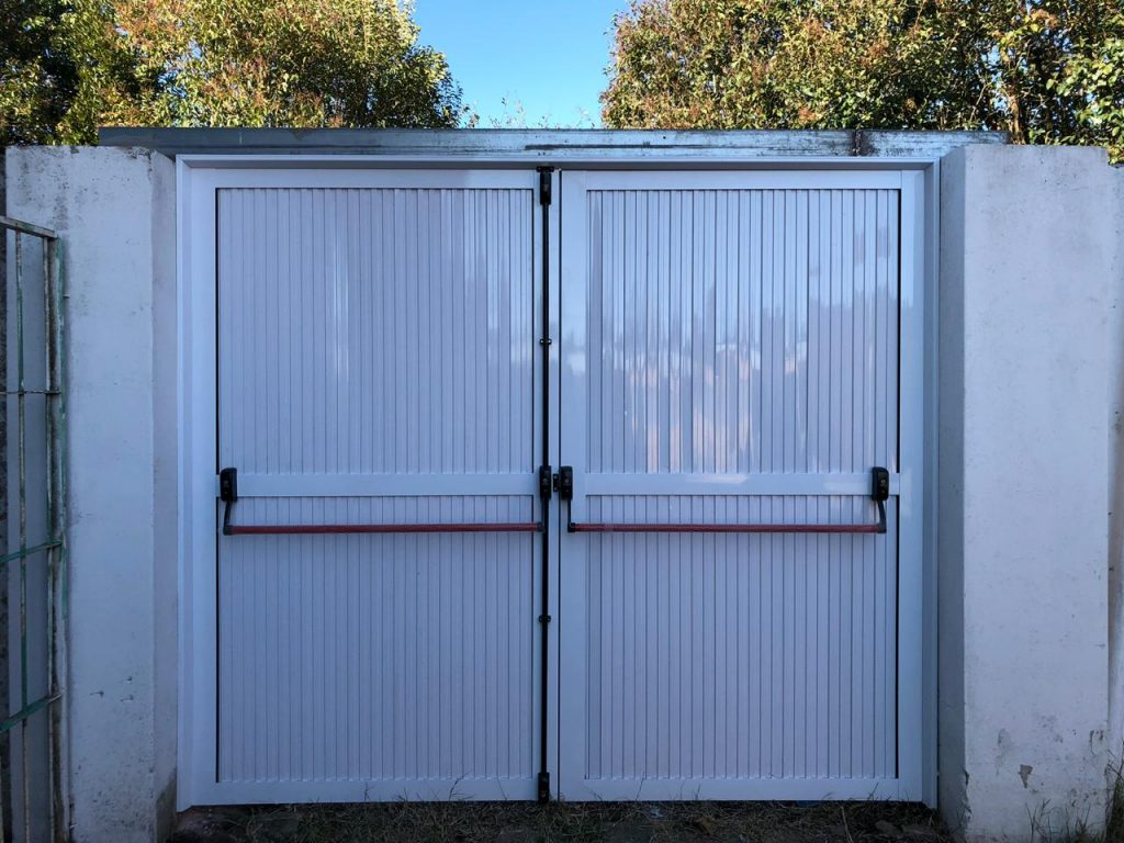 La puerta antipánico colocada en la Secundaria de Rawson