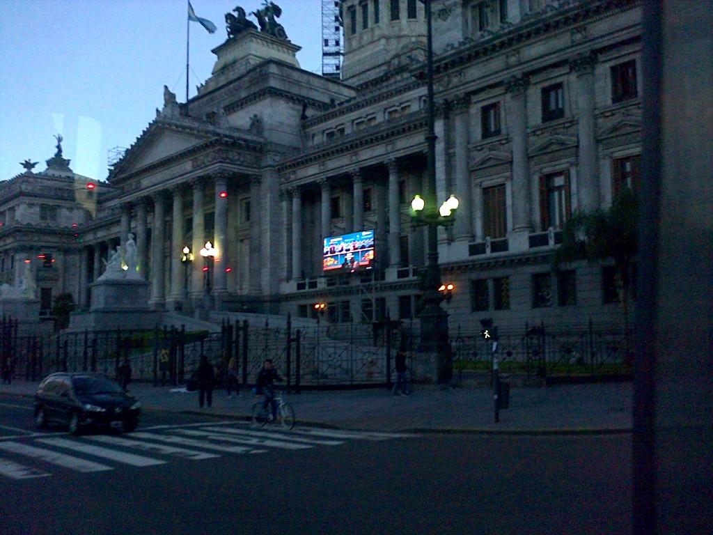 14/6/14- El Gobierno Nacional instaló pantallas gigantes en varias ciudades para seguir las alternativas de Brasil 2014. En la imagen, la que se halla frente a las escalinatas del Congreso de la Nación.