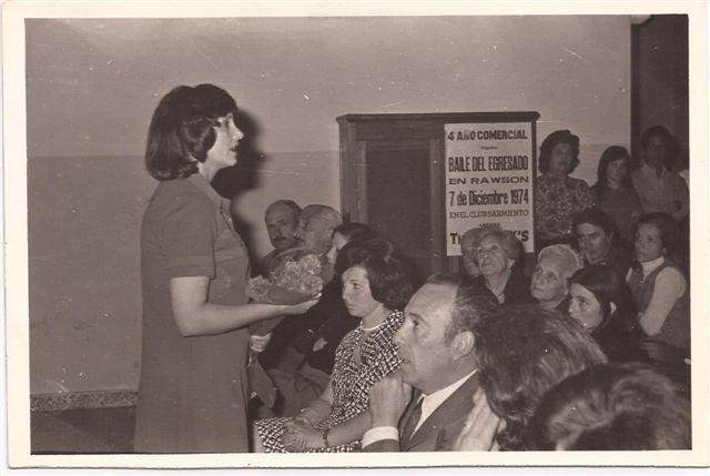 Directora Lic.Elba Ortigoza dirigiéndose al público.