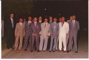 Alumnos de la Promoción 1989 antes de ingresar a su baile de egresados.