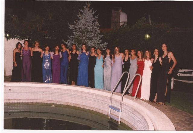 Alumnas de la Promoción 2000 antes de ingresar al Baile del Egresado.