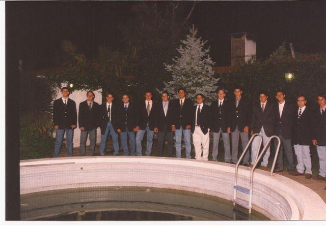 Alumnos de la Promoción 2000 antes de ingresar al Baile del Egresado.