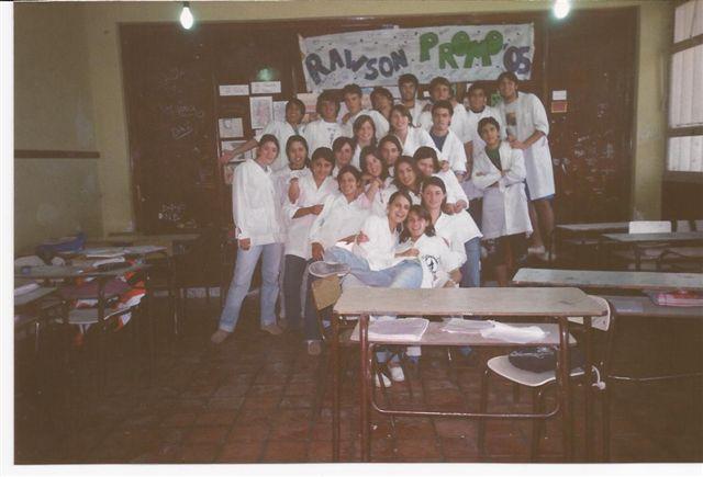 Promoción 2005 en una fotografía tomada en su salón de clases.