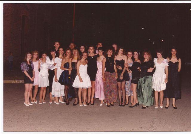 Promoción 1990 antes de ingresar a su baile de egresados.
