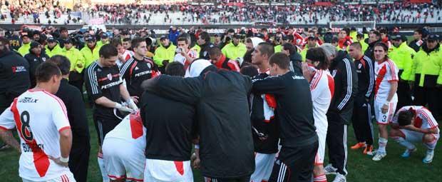 La imagen de los jugadores de River después de haber descendido. Foto: lanacion.com.ar