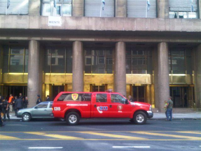 Móvil de la Brigada de Explosivos frente a la Secretaría de Comercio Interior. Foto Gentilieza: Luis Pozzi.