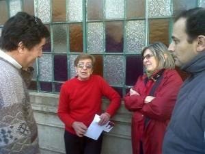 Gerardo Stefano dialogando con vecinos de Rawson.