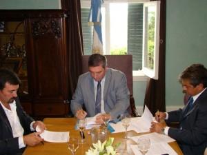 Guillermo Tamarit durante la firma del convenio.