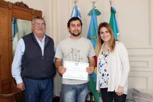 Tomás Roldán recibe el premio en manos de Gática.