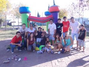 Integrantes de la Juventud Radical en barrios de Chacabuco.