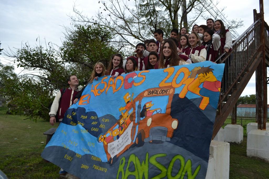 3/10/14- Alumnos de 6º Año de la Escuela Secundaria Nº 2 de Rawson, partieron en el mediodía de hoy a su viaje de egresados a San Carlos de Bariloche. Allí estarán por el espacio de 9 días, y son acompañados por una profesora del establecimiento escolar y un invitado.