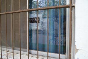 Imagen del vidrio roto en vidriera de Casa Skorpio.