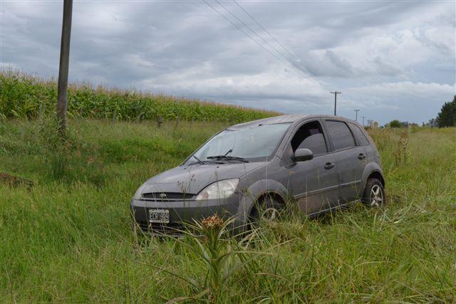 Ford Fiesta sobre el préstamo de la ruta.