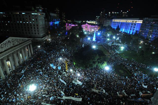 18.4.13- El cacerolazo 18A se hace sentir en las principales ciudades del País en discordancia con el Gobierno de Cristina Kirchner. La imagen pertenece a Plaza de Mayo.