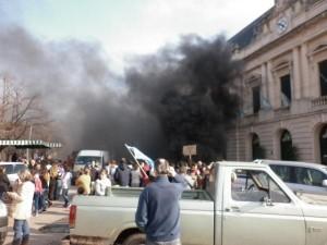 Piquete y protesta de vecinos de Warnes frente a la Municipalidad de Bragado.