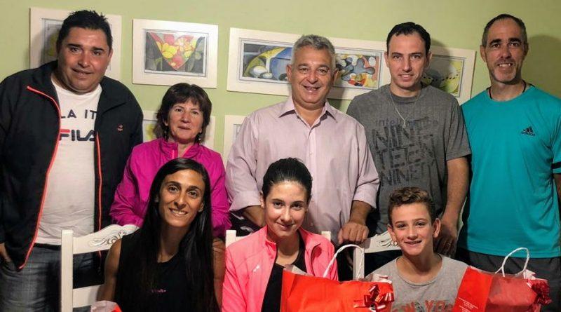Barrientos hace entrega de un reconocimiento a deportistas de Chacabuco de la Cámara de Diputados.