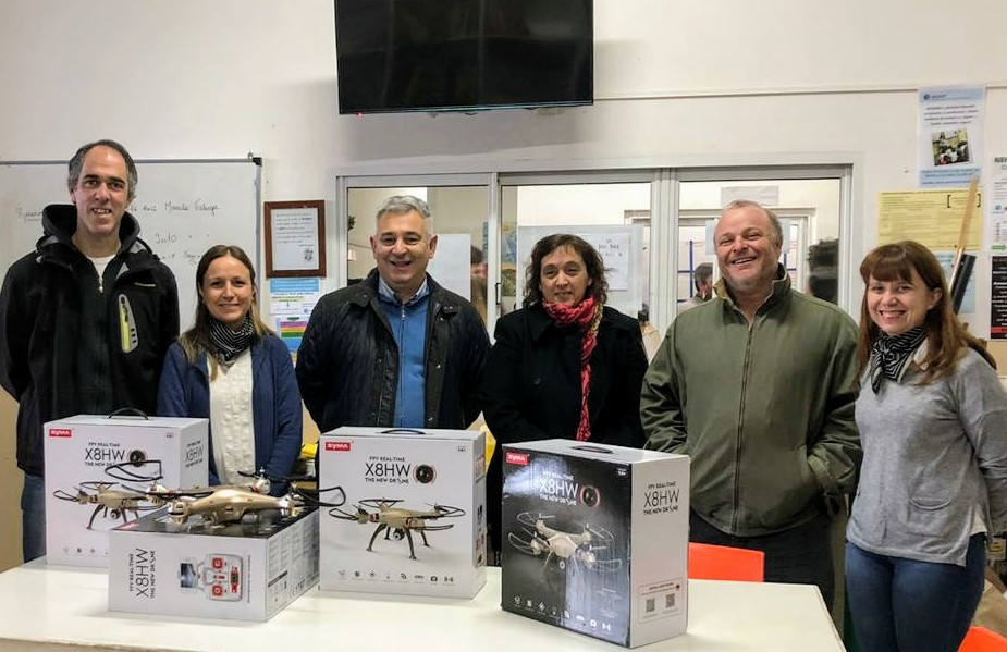 Barrientos entregó drones y subsidio a la escuela Secundaria Católica de Chacabuco.
