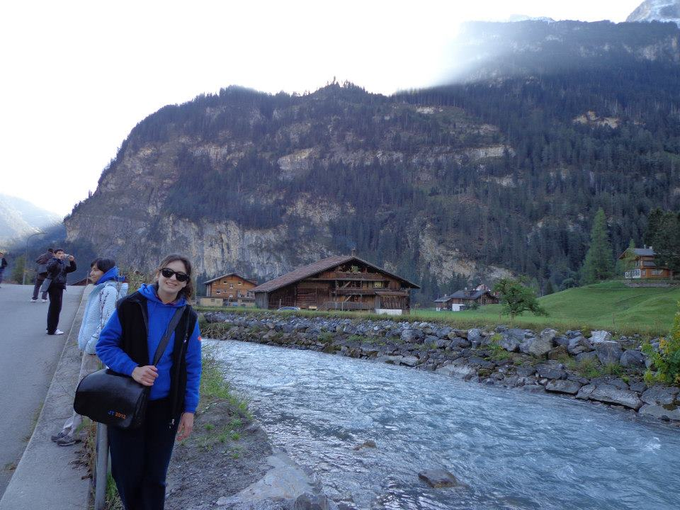 Abigail en Kandersteg. De Fondo los Alpes suizos.