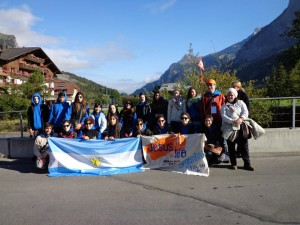 Abigail junto a un grupo de participantes en Kandersteg.