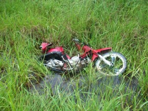 La moto del joven de Castilla, terminó sobre el préstamo del acceso.