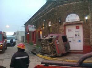 El auto volcado en el centro de Areco.