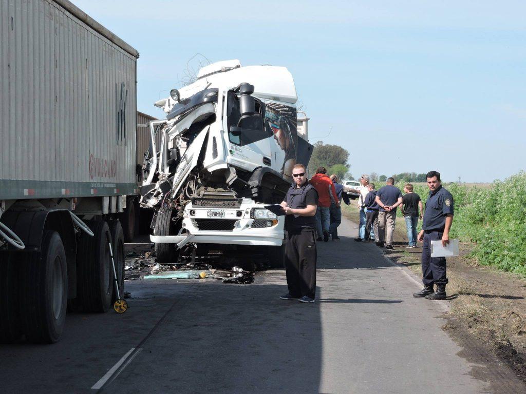 Imagen de uno de los camiones accidentados. Foto gentileza: FM La Estación.
