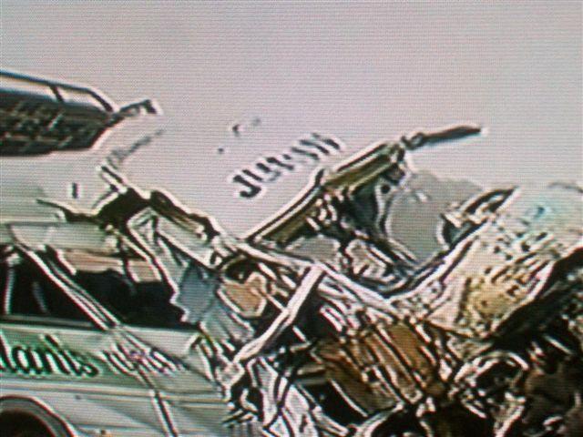 Estado en que quedó la combi de la empresa Alanis de Junín. Imagen TV.