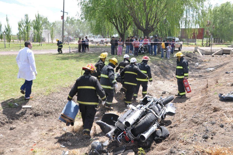Imagen del accidente entre camioneta y dos motos ocurrido en el kilómetro 204 de la  RN7. Foto: Defensa Civil Chacabuco.