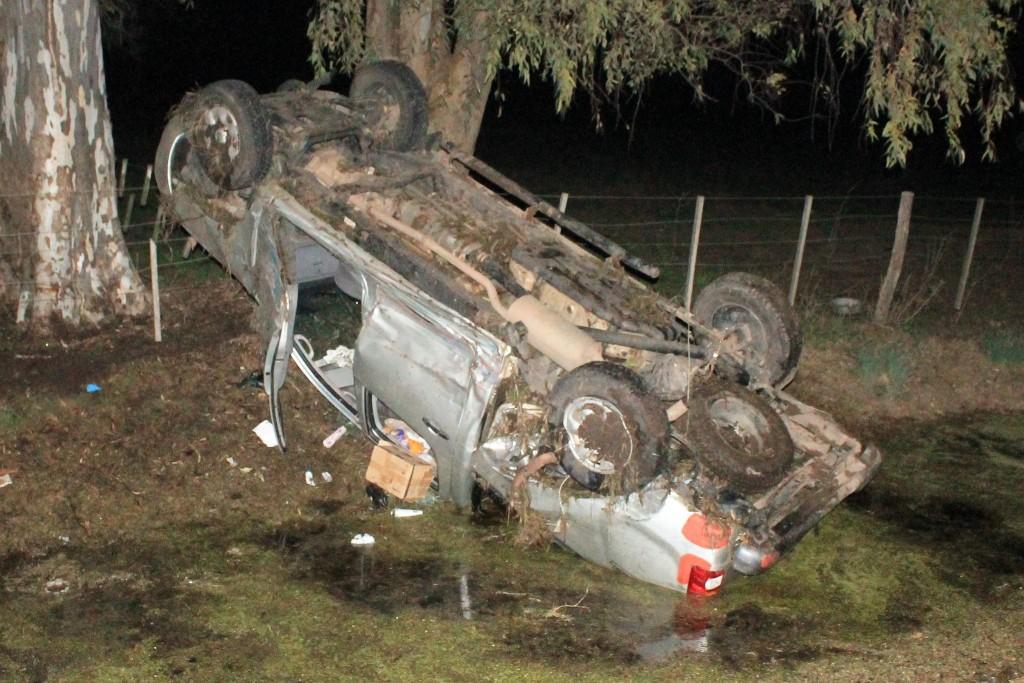 La Toyota, volcada sobre el préstamo de la ruta. Foto gentileza: Walter Fabián Conde.