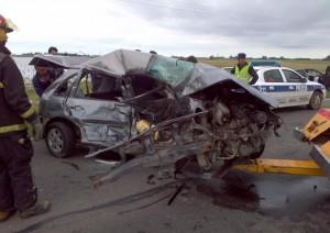 Estado en que quedó el VW Gol. Foto gentileza: Defensa Civil Chacabuco.