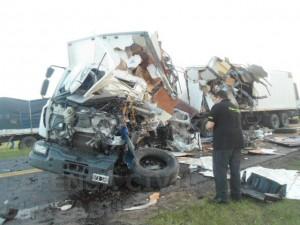 Estado en que quedó el camión que transportaba electrodomésticos cuyo conductor falleció en el lugar. Foto: Defensa Civil Chacabuco.