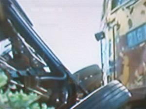 Otra imagen de TV accidente entre un tren de cargas y un colectivo ocurrido en San Luis.