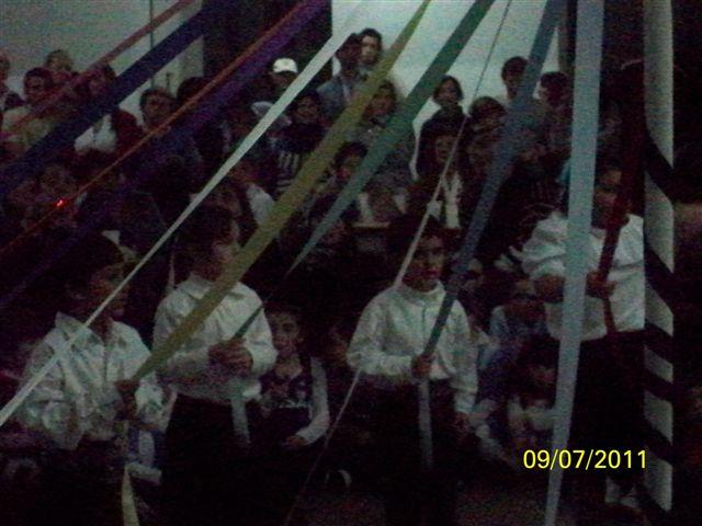 Alumnos representando el baile de las cintas.