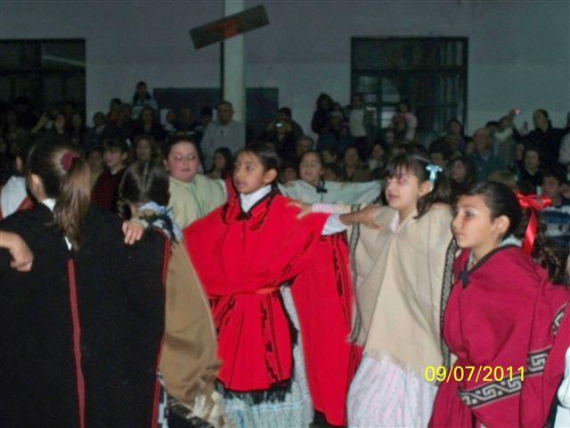Alumnos bailando un carnavalito.
