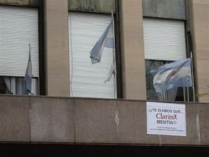 Afiche colocado en el Ministerio de Industria y Comercio, atacando al Grupo Clarín.